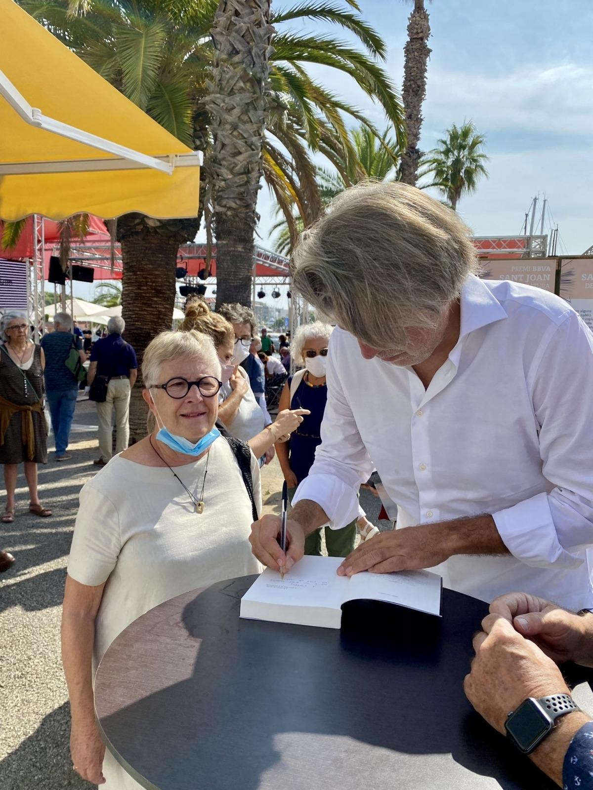 El novel·lista massanenc firma exemplars a la parada número7 del Moll de la Fusta.