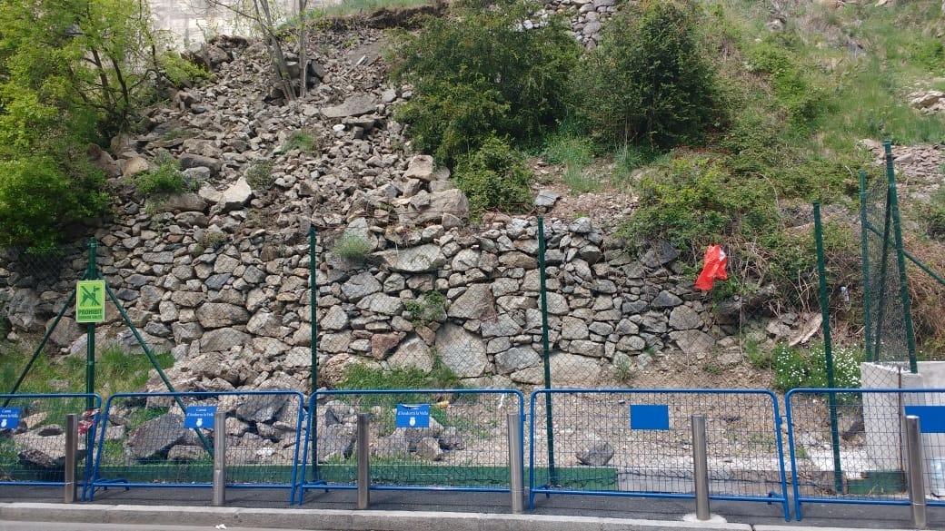 El mur del carrer Mestre Xavier Plana afectat.