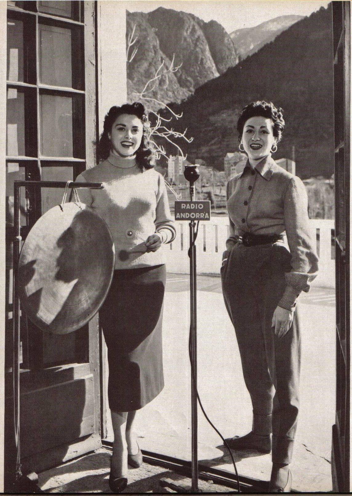 Lydia Linares i Carmen del Monte, als anys 50, amb el gong i a la terrassa del roc de les Anelletes.