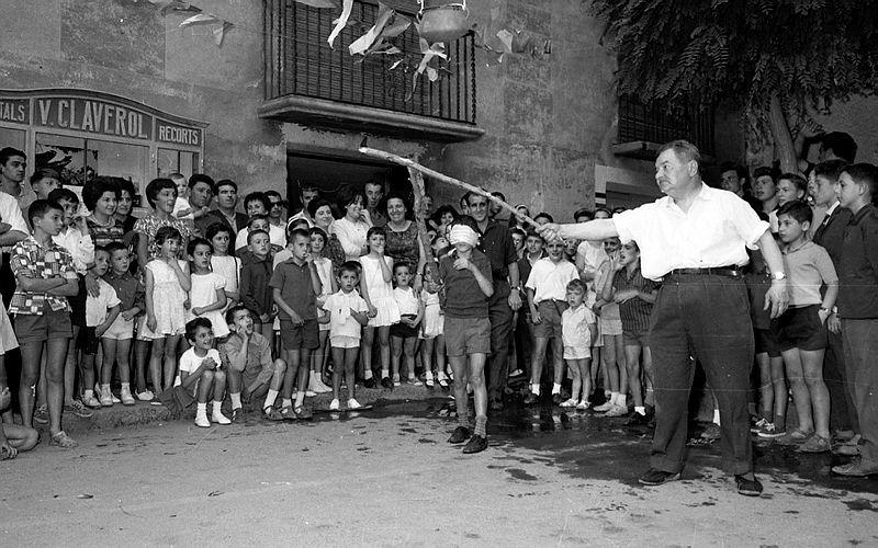 Jocs de cucanya a la plaça Benlloch, just al davant de la botiga Claverol, a la festa major de 1962.
