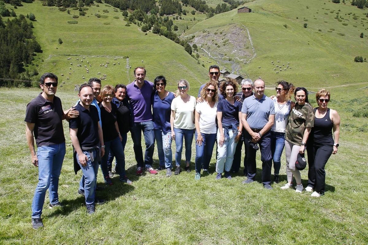 Membres del Govern, del Consell General, de la corporació massanenca i del sector ramader després de la benedicció.