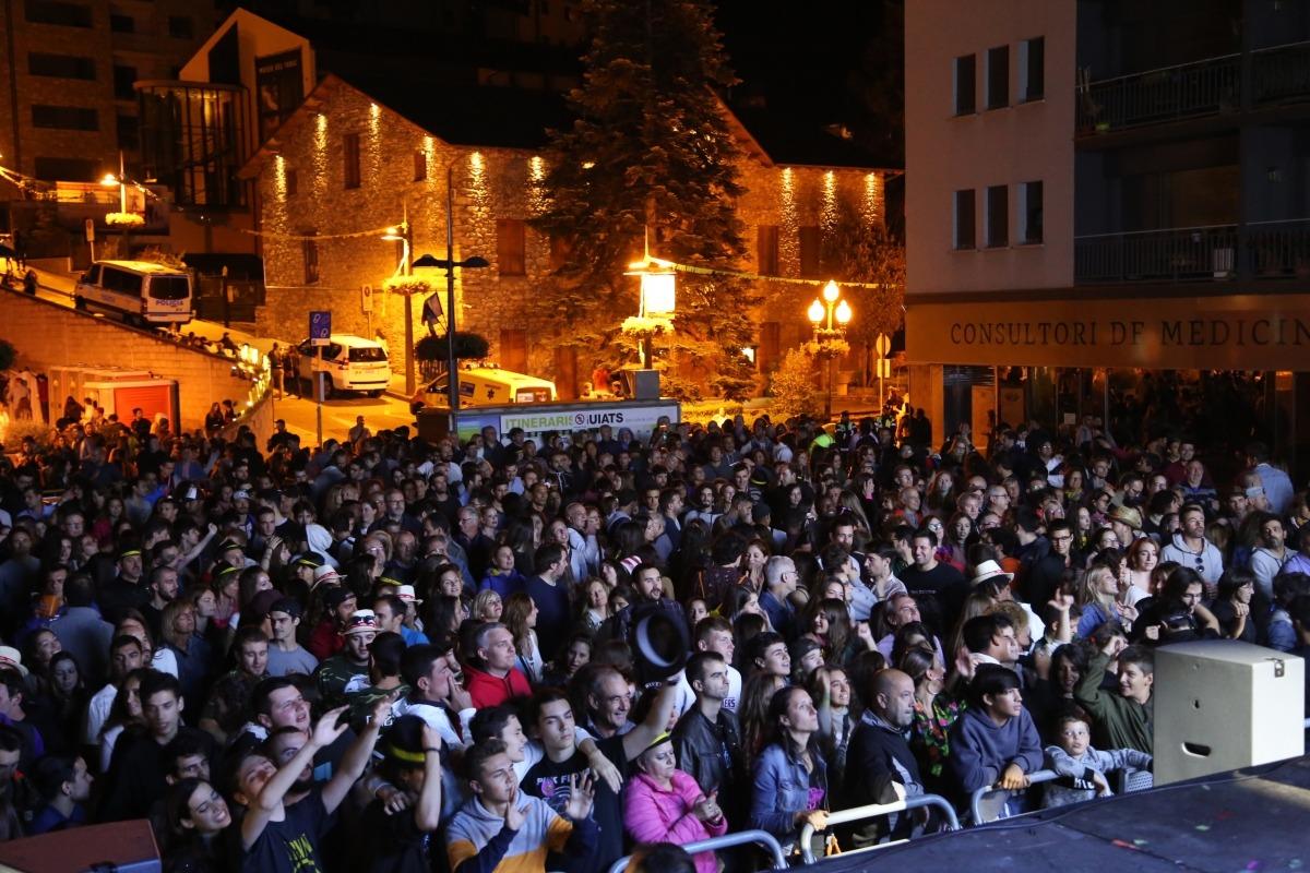 La plaça Germandat de Sant Julià plena de gom a gom durant un dels concerts de la festa major passada.