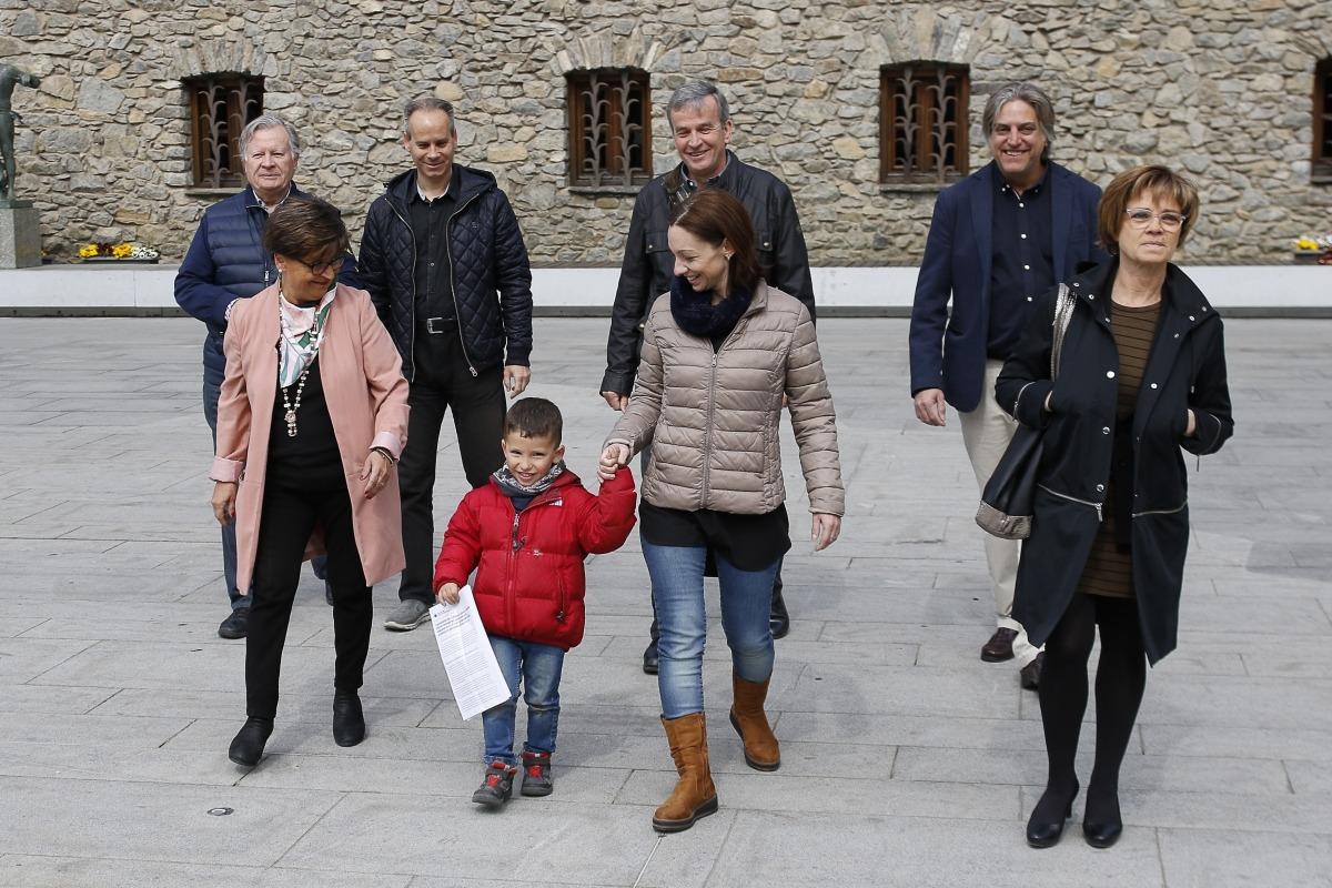 Mitja candidatura sobiranista, reforçada per a l'ocasió, ahir a Casa de la Vall.