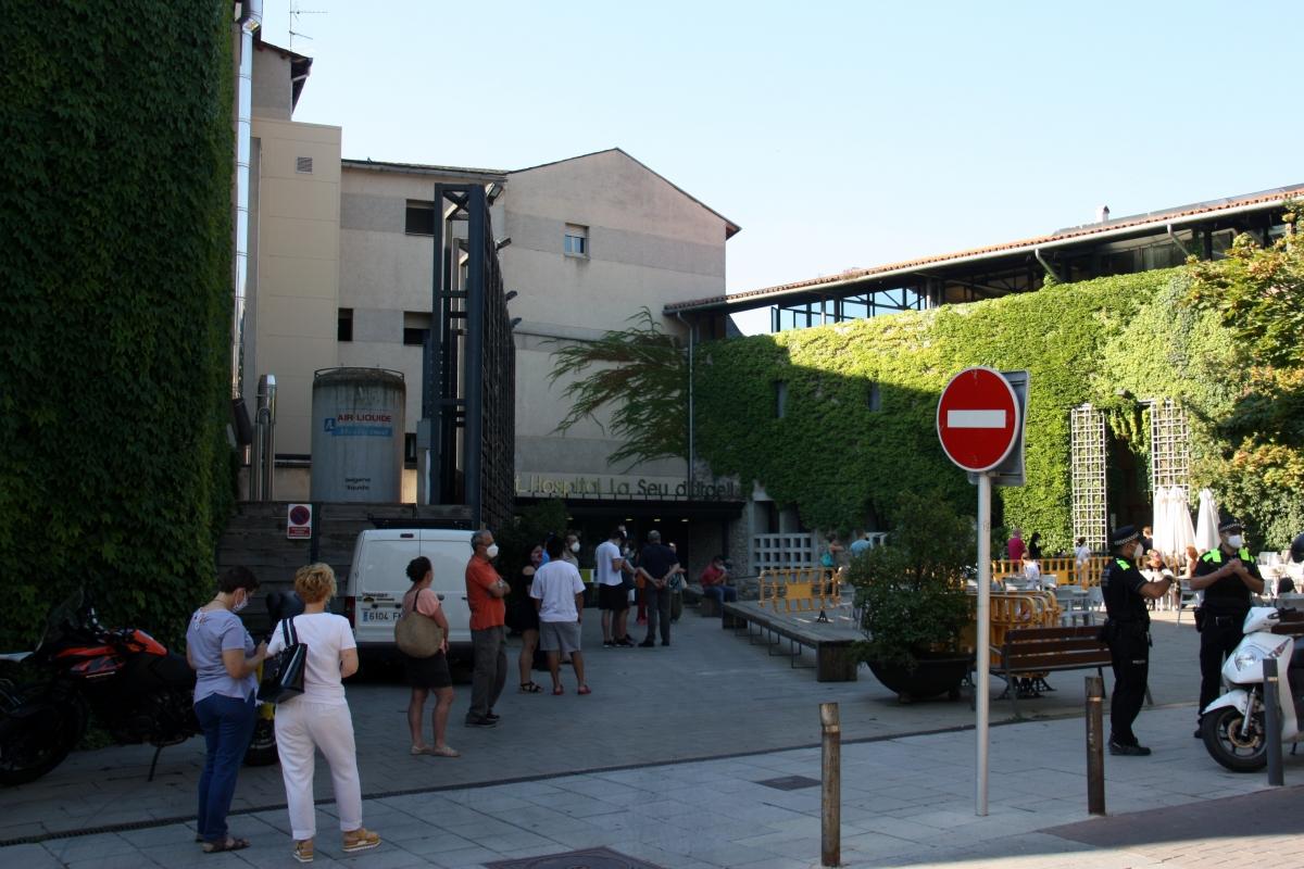 Exterior de l'hospital durant una de les jornades dels tests massius a la Seu.