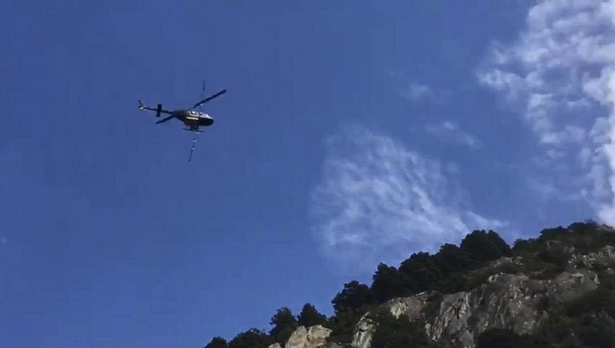 Un helicòpter fumigant contra la processionària de pi.