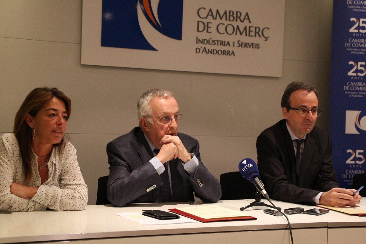 Moment de la signatura de l'acord de col·laboració entre la Cambra i BancSabadell, ahir al matí.
