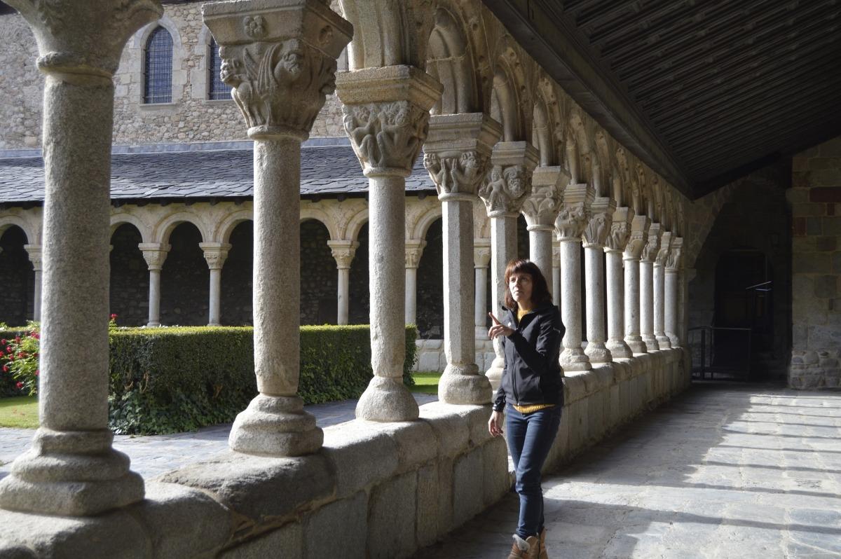 Clara Arbués als claustres de la catedral de Santa Maria. Algun element relacionat amb els capitells sortirà al joc, avança.