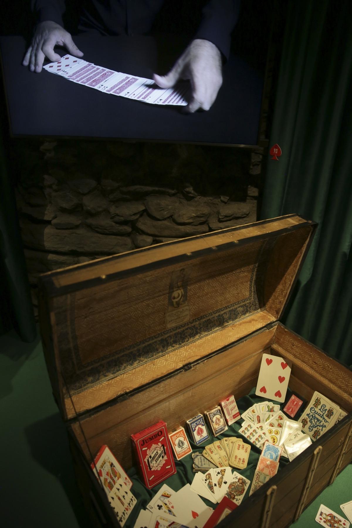 Col·lecció de jpcs de cartes: n'hi ha d'Heraclio Fournier, Jumbo, Bicycle i Borras.