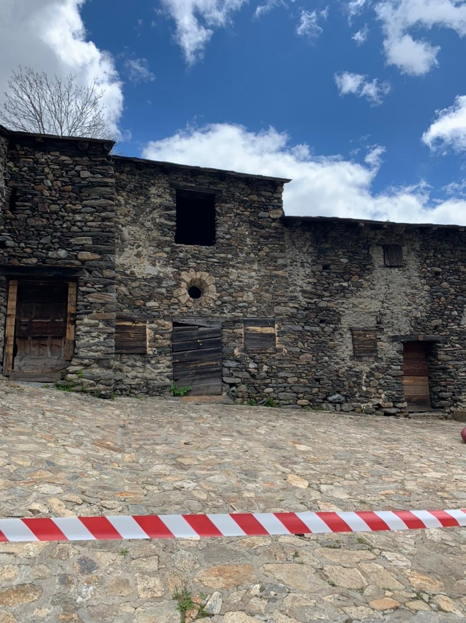 La capella de Sant Pelegrí, annexa a cal Call del Tarter, va ser dessacralitzada al XIX i va funcionar com a cobert fins als anys 80.