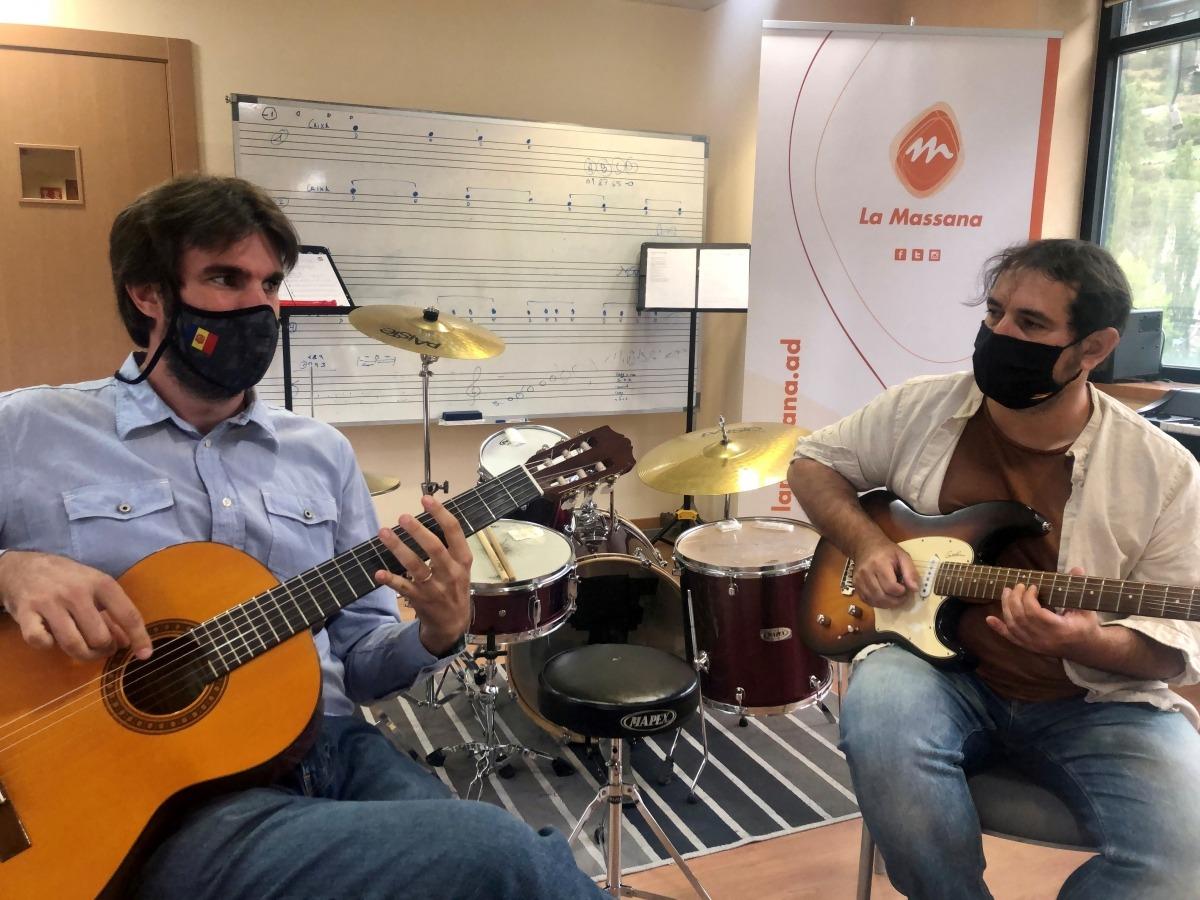 El conseller de Cultura de la Massana, Guillem Forné i el coordinador del centre durant el comunicat de premsa d'aquest matí. Juli Barrero