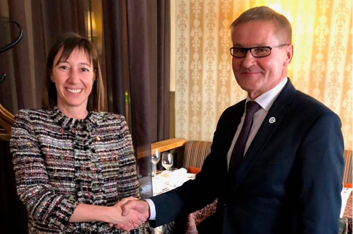 Eva Descarrega, amb el seu homòleg d'Estònia, Jaak Aab.