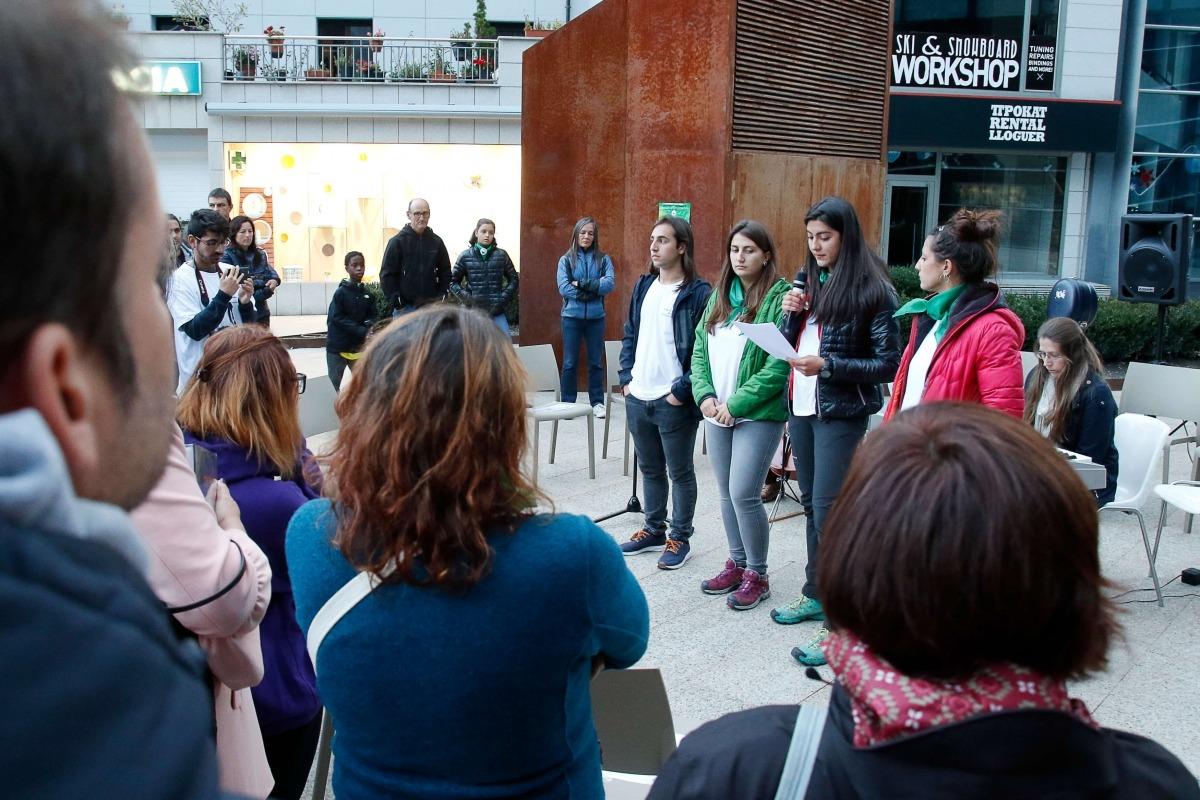 Quatre dels joves que van impulsar les jornades per reflexionar sobre els refugiats.