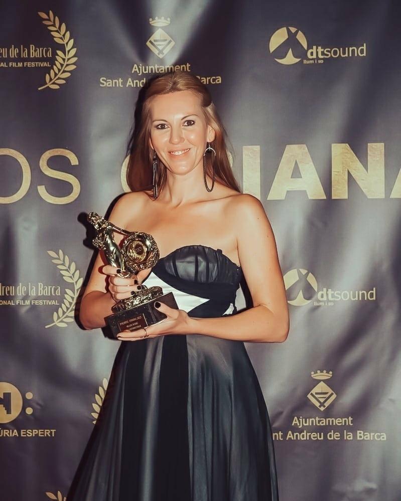Terri, diumenge amb el trofeu a la millor actriu pel paper d'Íngrid Rubio a 'Llana negra'.