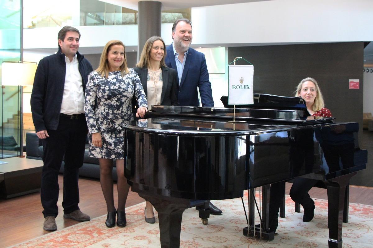 Terfel, al centre, amb la pianista Annabel Thwaite, ahir al Park Hotel de la capital.