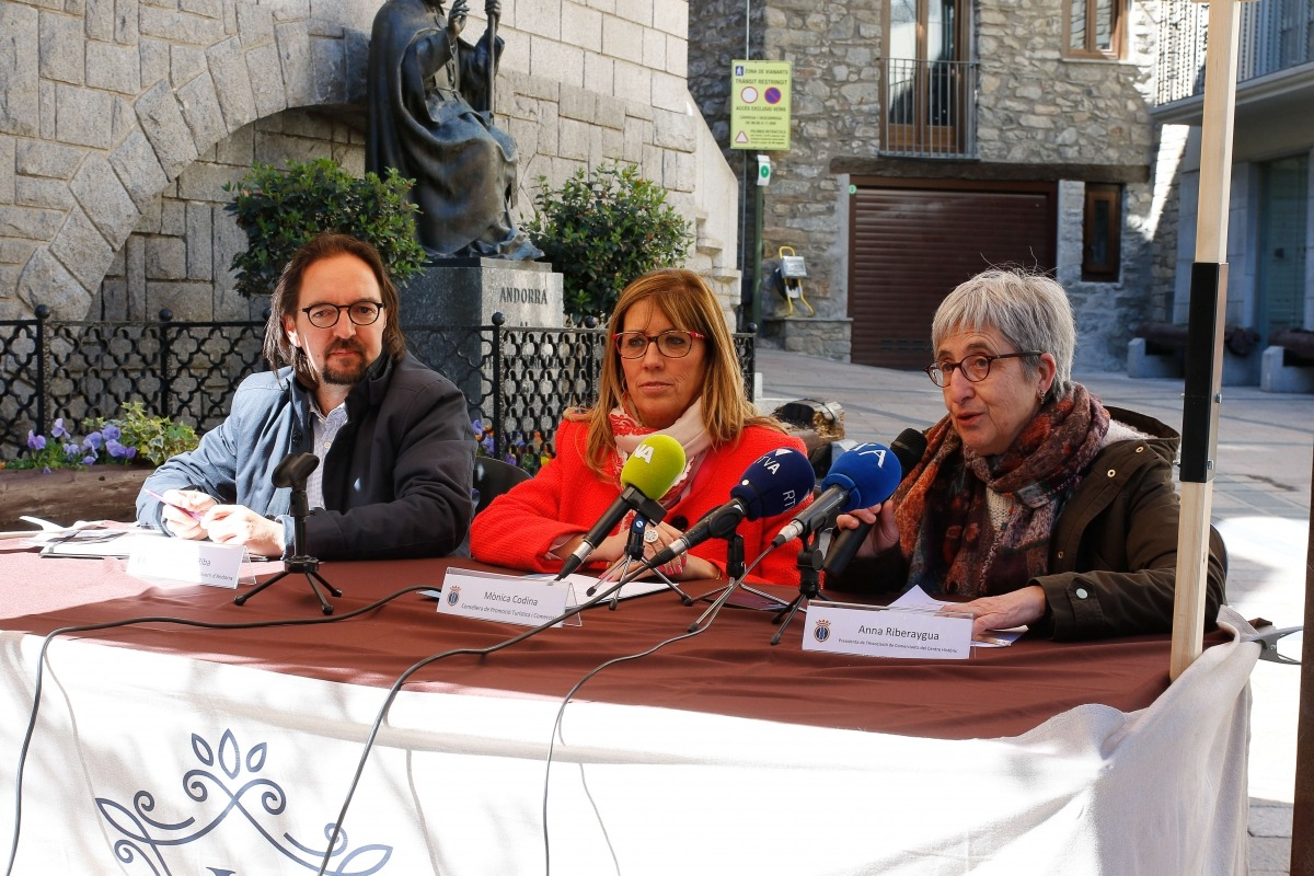 Landry Riba, Mònica Codina i Anna Riberaygua, en la presentació del Mercat, ahir.