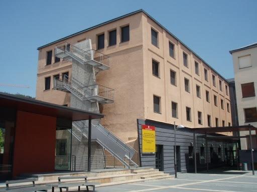 Exterior del centre cultural Les Monges, de titularitat municipal, on s'ubica el centre de la UNED.