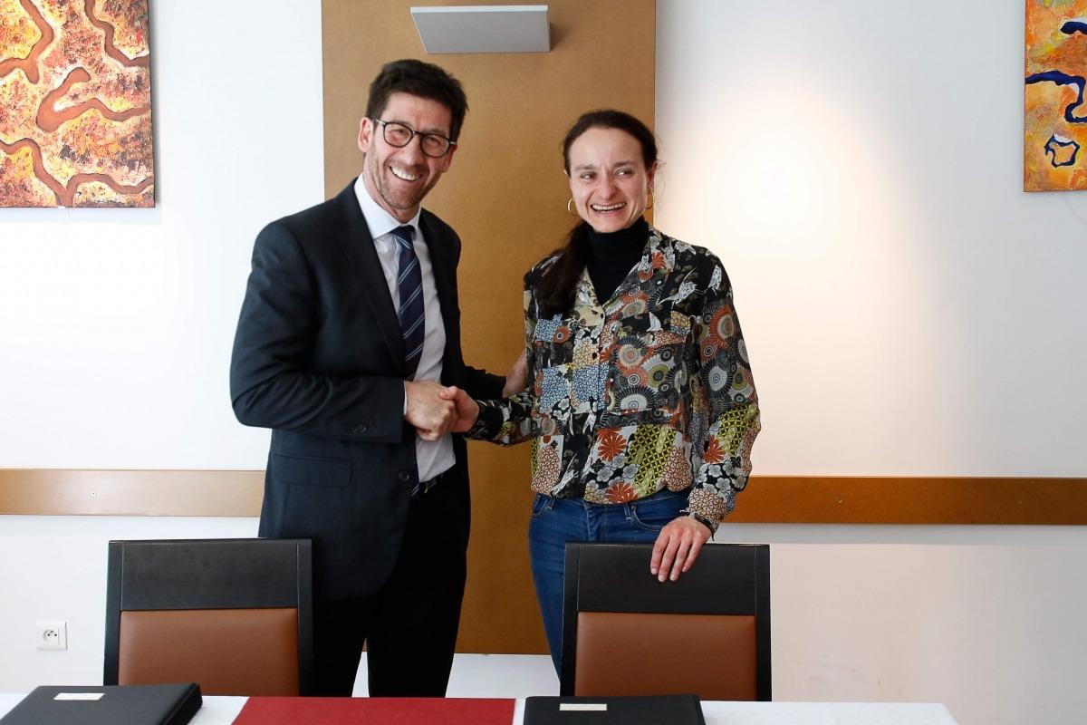 Cristina Canut i Daniel Proviseur en la signatura del conveni, ahir.