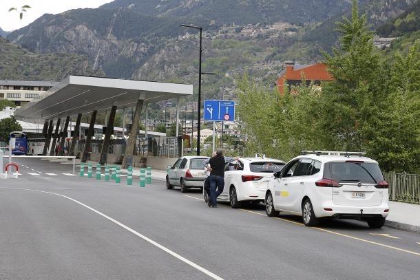 Taxis aturats a l'Estació Nacional d'Autobusos.