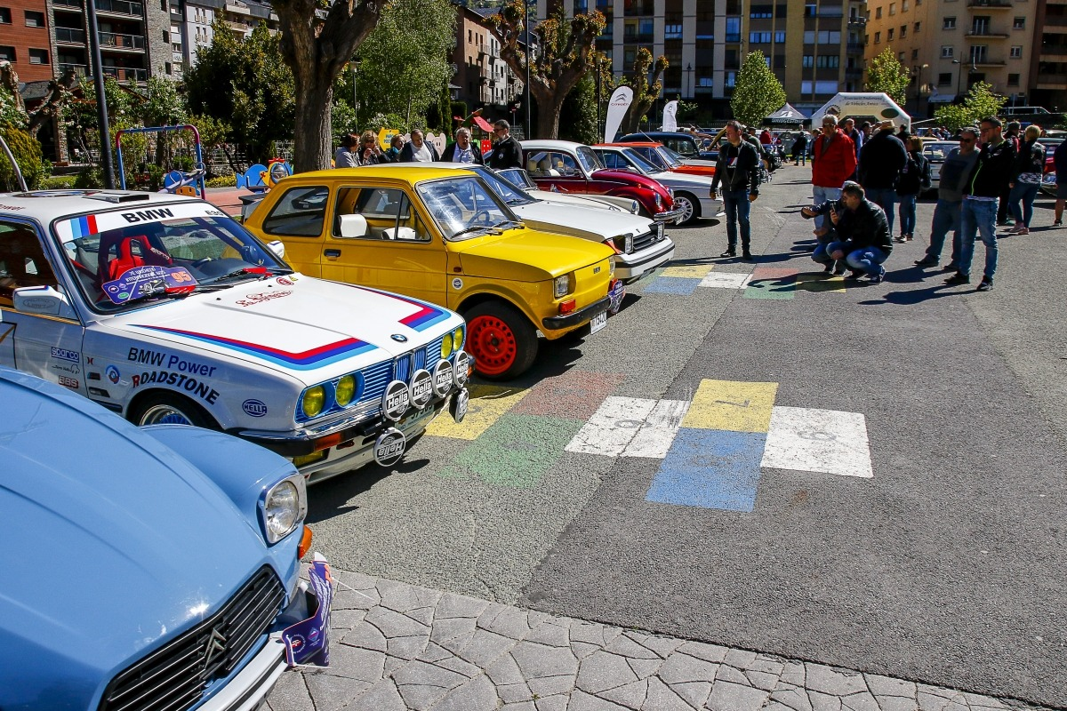 Els cotxes procedents d'Andorra, Espanya i França al Prat gran, ahir al matí.