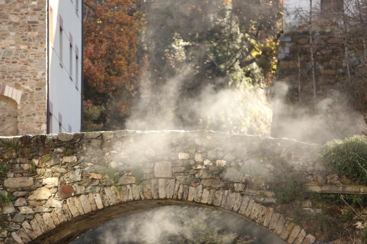 El pont de la Tosca es pensa com un indret on jugar amb les escultures de boira.