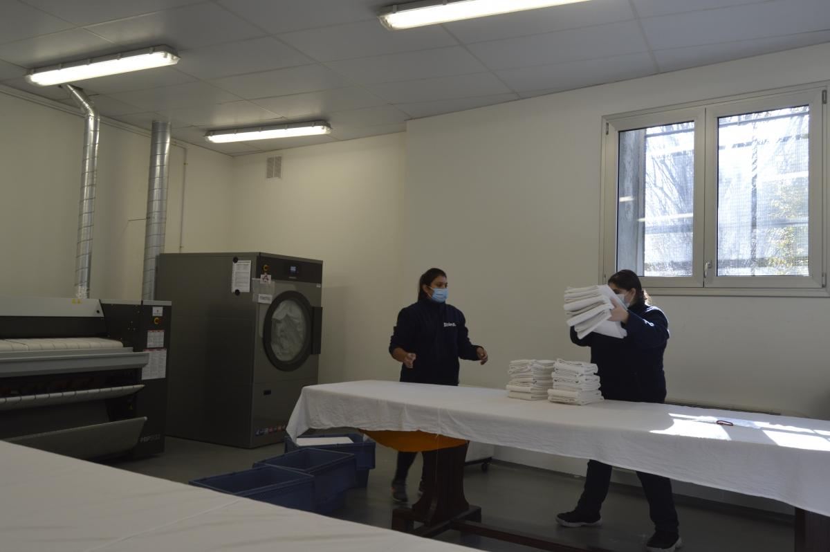 Dues de les treballadores del servei de bugaderia industrial, ahir al matí a les instal·lacions de Nougrapats.