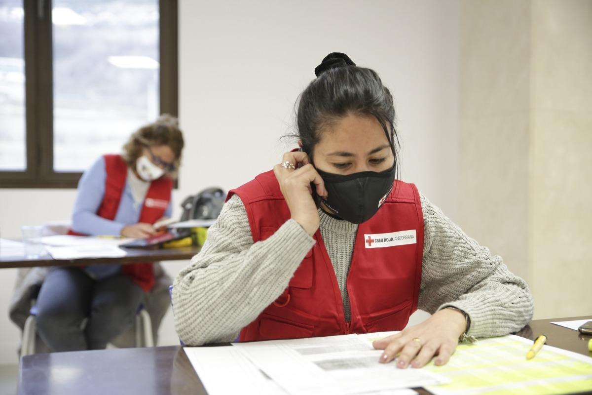 Voluntaris de la Creu Roja al 'call center'.