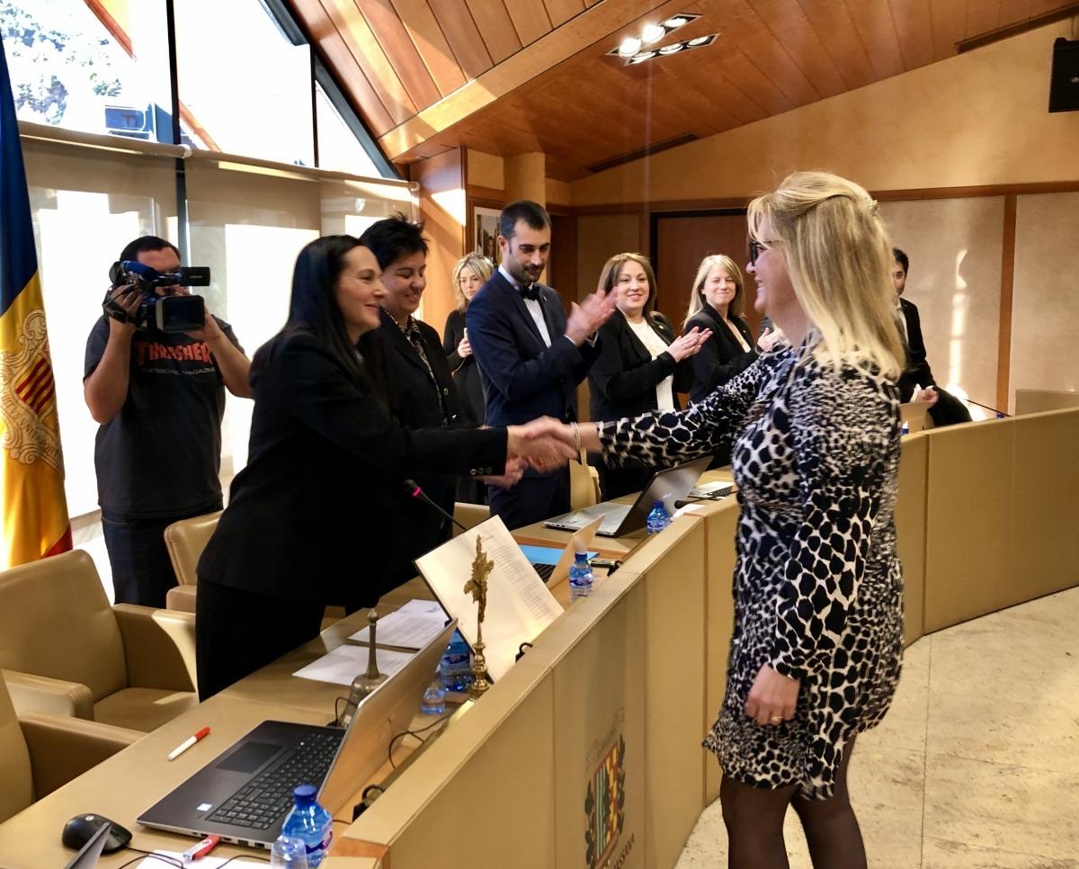 La secretària general, Mònica Rogé, després de jurar el càrrec, ahir