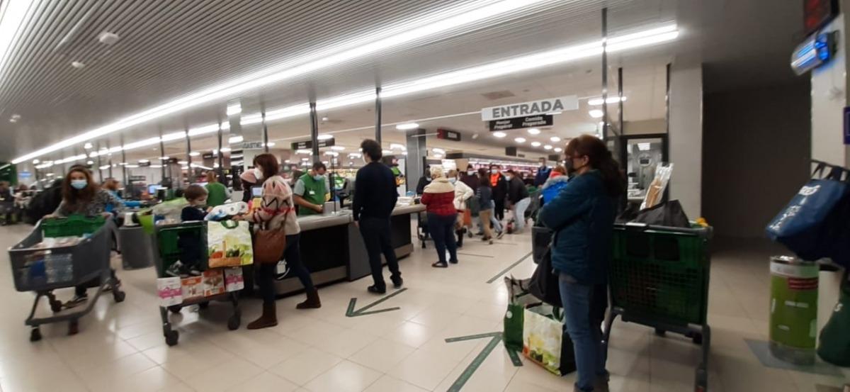 Una vista de l'interior del centre comercial ahir a la tarda, amb llargues cues a les caixes.
