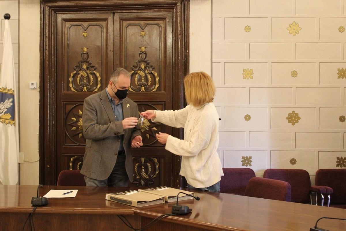 El moment en què la representant de l'Agència Catalana de l'Habitatge, Montse Segura, lliura a l'alcalde Fàbrega les claus dels pisos.