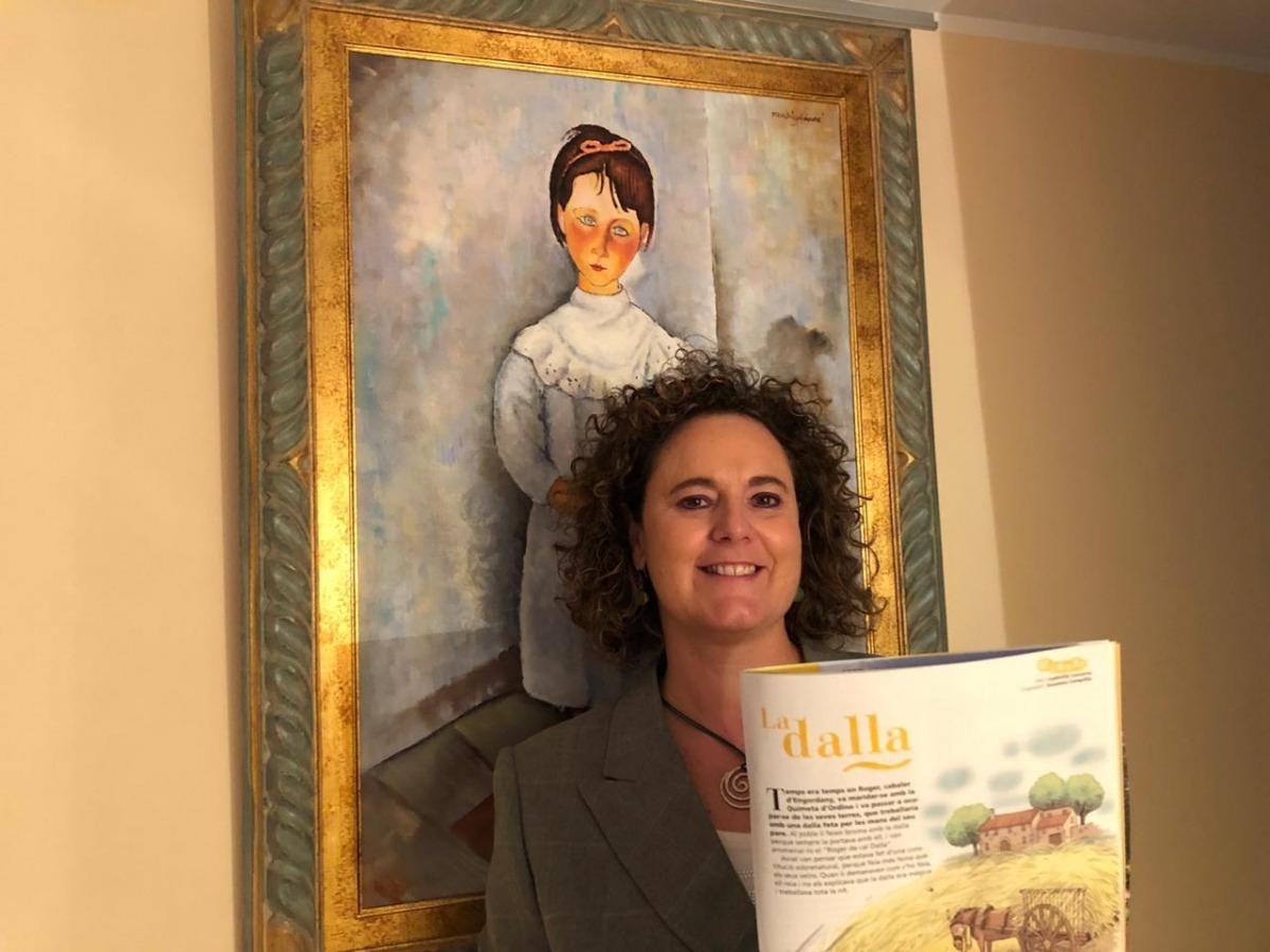 Lacueva, feliç amb el número 1.397 de la revista 'Cavall Fort' i el seu conte, 'La dalla'.