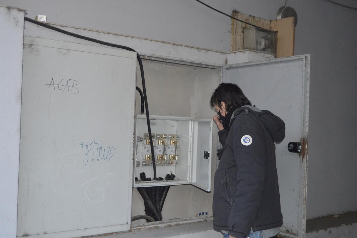 El quadre elèctric on els ocupants il·legals dels habitatges s'enganxen per abastir-se d'energia elèctrica.