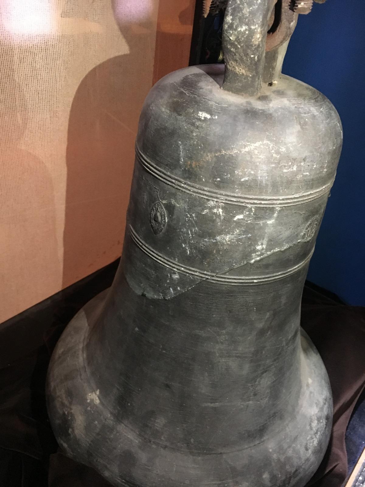 La campana, caiguda sobre el sòcol, es va esquerdar i avui es conserva al Museu Postal.