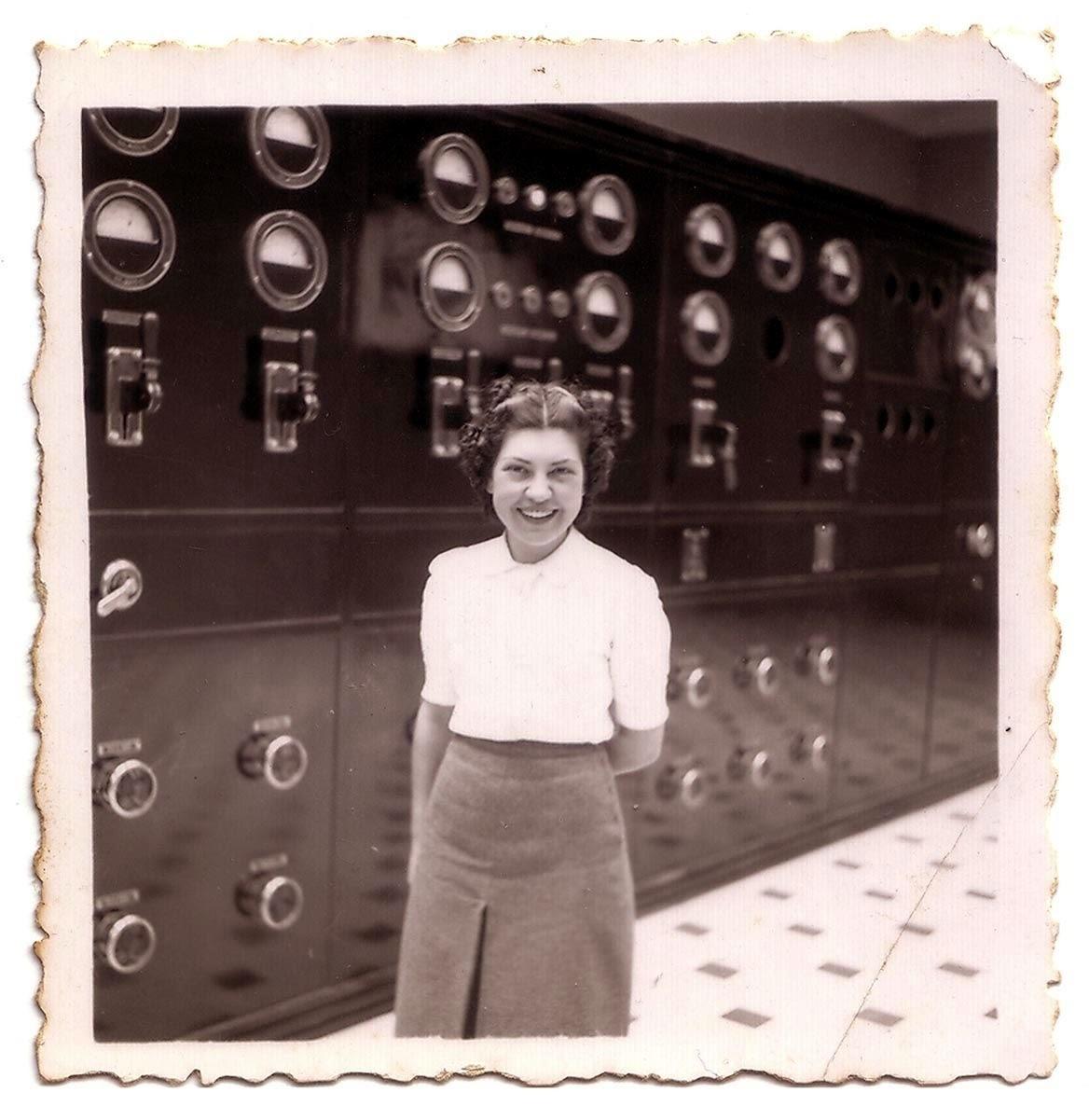 Maria Escrihuela, l'abril del 1940, a la sala de màquines de l'edifici de Radio Andorra al Roc del Pui encampadà.