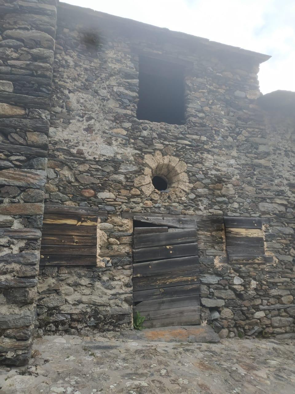 Façana de Sant Pelegrí, amb el característic rosetó que la delata.