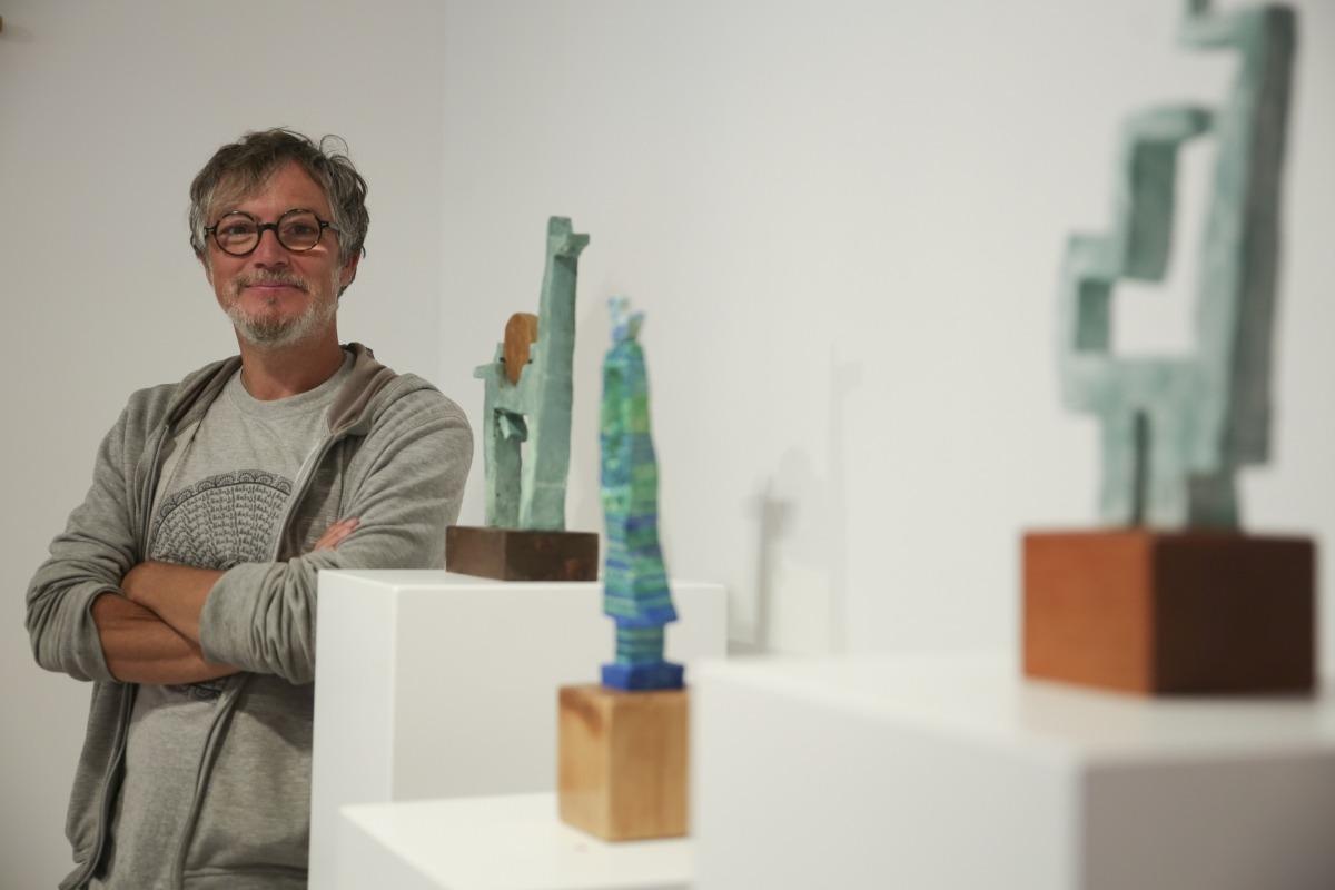 Jordi Casamajor, amb tres de les peces de ceràmica policromada que exposa a Taranmana: 'Cérvol solar', 'Deessa amb ocell' i 'Dona'. Feia sis anys que no exposava, des del 2015 al Kunstank de Sant Martí de la Cortinada.