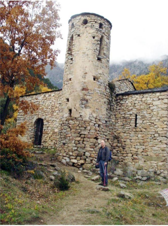 El geòleg Valentí Turu, davant de la sospitosa 'panxa' que el 2012 ja va detectar als peus del campanar.