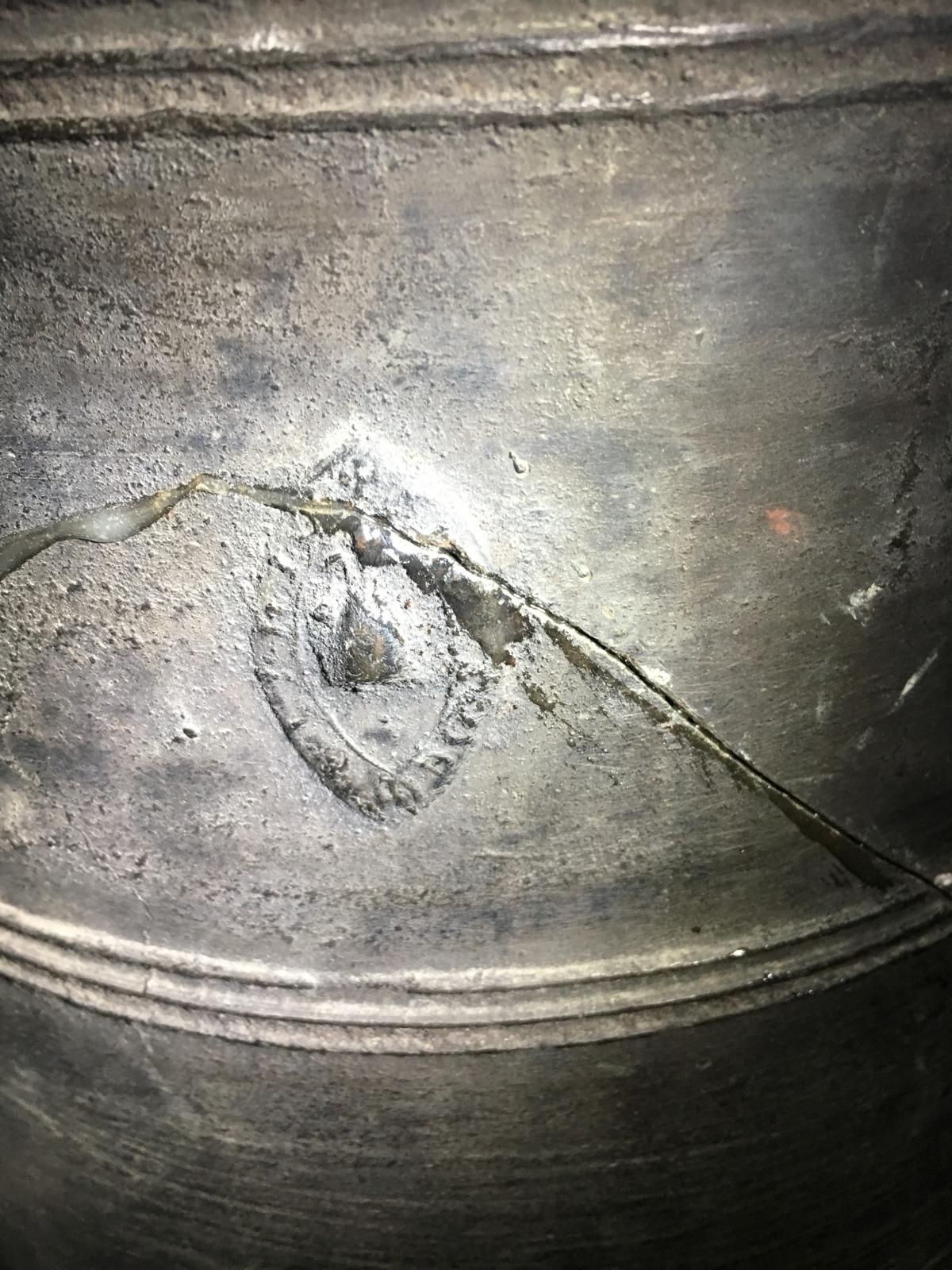 Detalls de la campana, amb l'esquerda que li travessa la panxa.