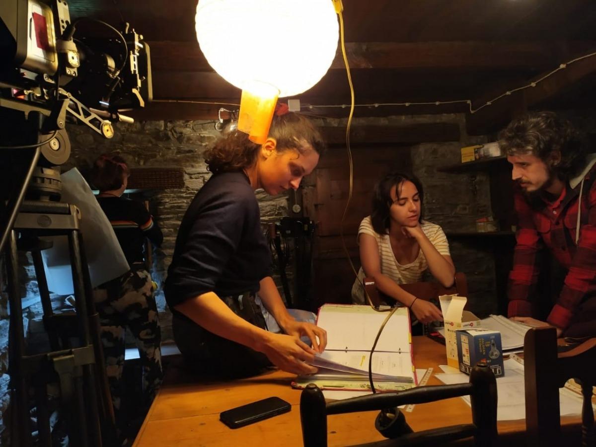 L'escaldenca Elena de Santiago, al centre, i el director de 'Pròfugs', al rodatge del llarg.