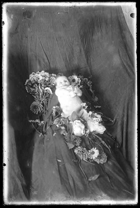 Fotografia 'post mortem' del nadó escaldenc traspassat el novembre del 1947 està datada als anys 10 del segle XX.