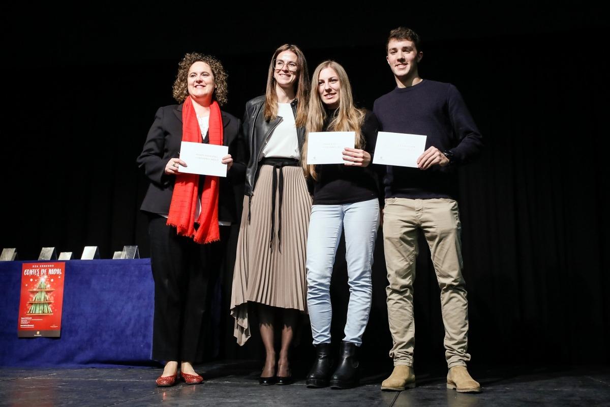La ministra Riva, amb els guanyadors del certamen en la categoria d'adults.