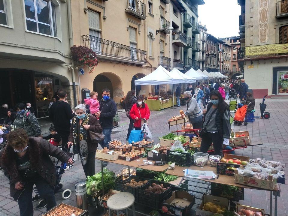 Imatge del mercat de dissabte passat, una activitat que ha recuperat la ubicació habitual, al carrer Major.