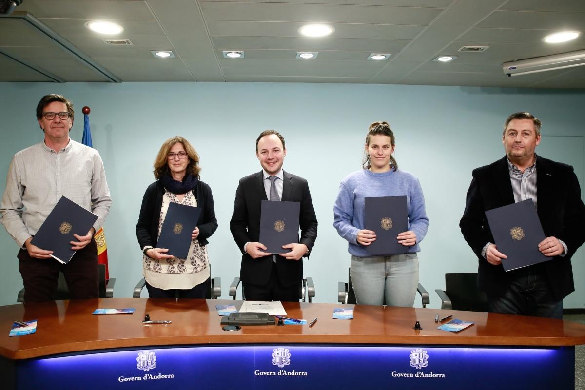El ministre Espot i els representants de les quatre noves empreses inclusives, ahir.