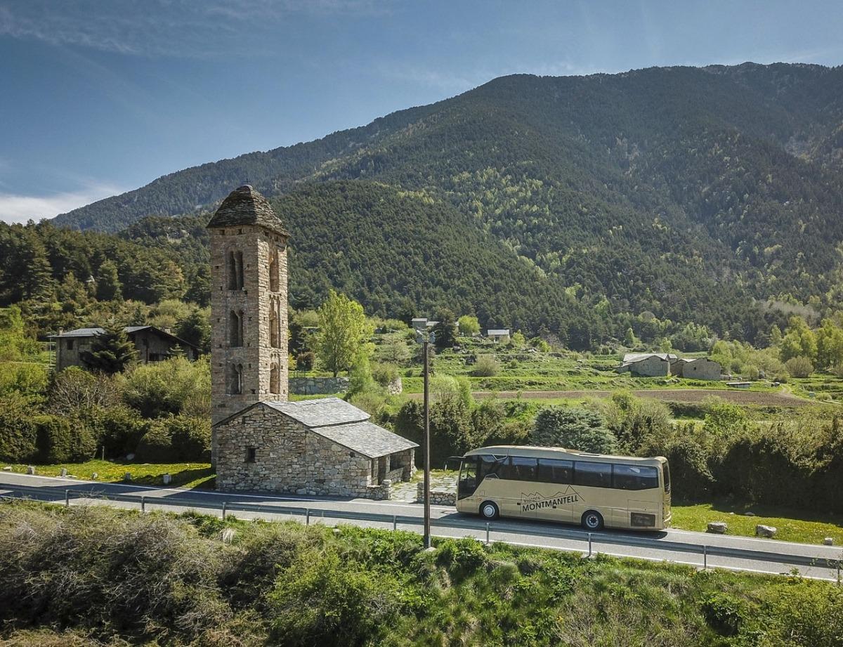 Un bus de Montmantell davant de l'església de Sant Miquel d'Engolasters.