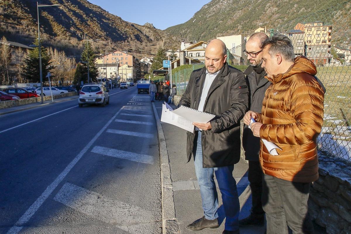 El cònsol major Jordi Torres, l'arquitecte Miquel Mercé i el conseller d'Urbanisme, Jordi Rich en el tram afectat, ahir.