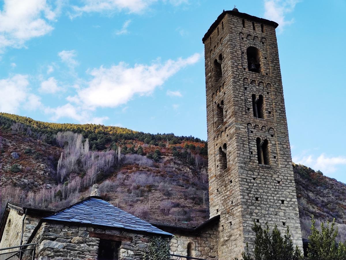 El campanar de Santa Eulàlia, aixecat sobre el cementiri i que als anys 80 Margarit va recalçar per evitar que col·lapsés.