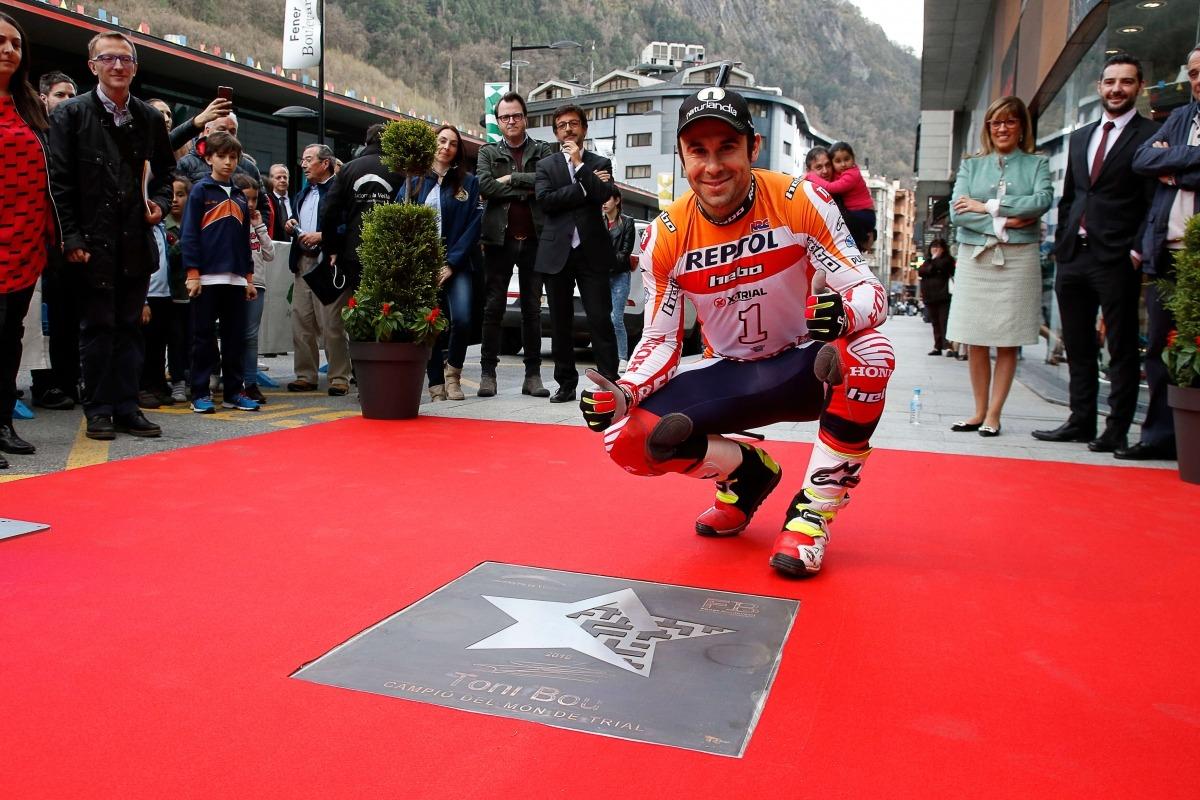 El campió del món de trial Toni Bou amb la seva estrella al Fener Boulevard.