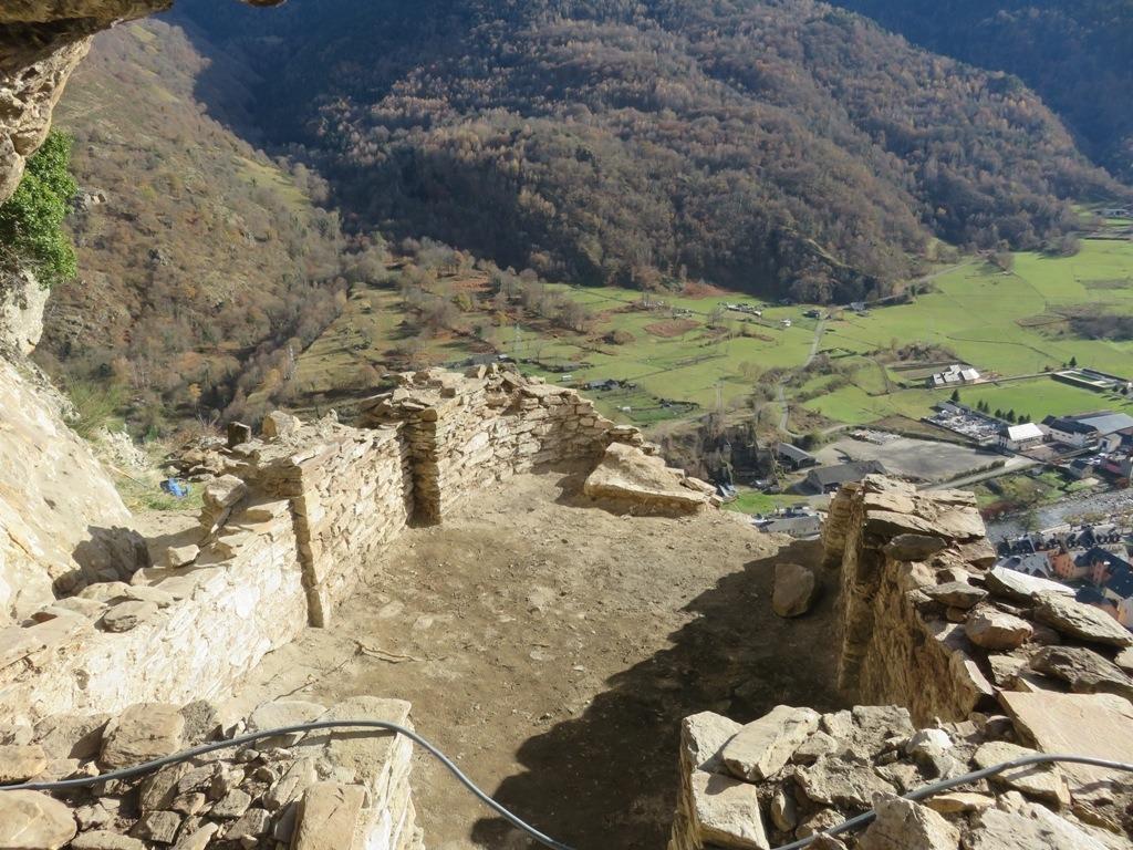 Els treballs de neteja de les runes del castell medieval han permès descobrir el temple.