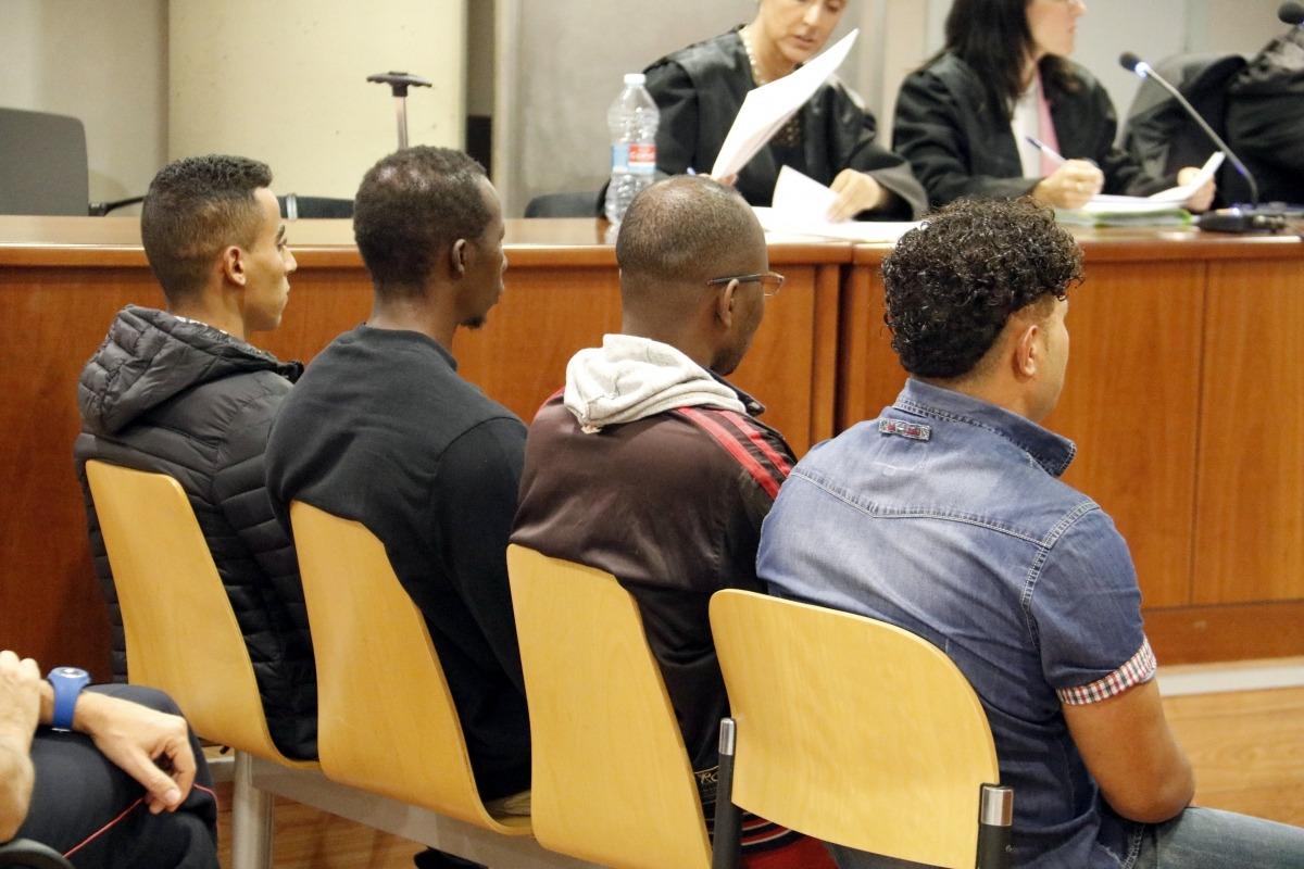 Els quatre acusats durant el judici celebrat ahir a l'Audiència de Lleida.
