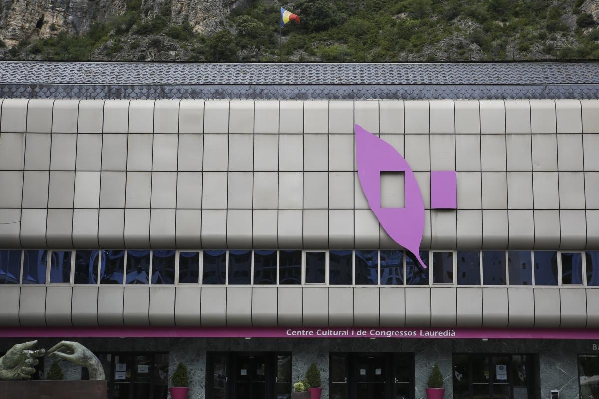 La façana del centre cultural, avui: el logotip és probablement el que ha resistit millor el pas del temps.