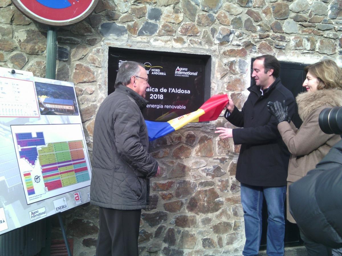Josep Montané, David Baró i Clara Pintat van descobrir la placa commemorativa de la inauguració de la planta solar a l'escola.